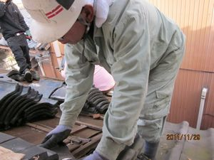 福井市で解体工事中です。この写真は瓦を剥がしています。