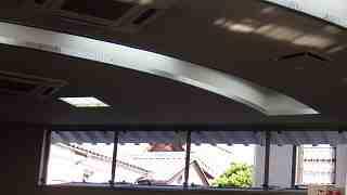 金融機関の窓から見えるサバエの誠照寺